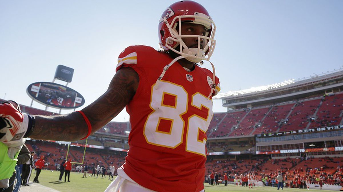 Kansas City Chiefs wide receiver Dwayne Bowe (82) takes to the field before an NFL football game against the San Diego Chargers in Kansas City, Mo., Sunday, Dec. 28, 2014. (AP Photo/Charlie Riedel)