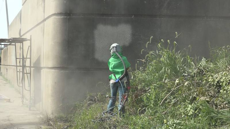 Torrey Brothers Sandblasting company cleaning off barriers on Topeka Boulevard.