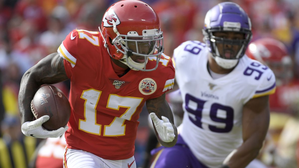 Kansas City Chiefs wide receiver Mecole Hardman (17) carries the ball in front of Minnesota...
