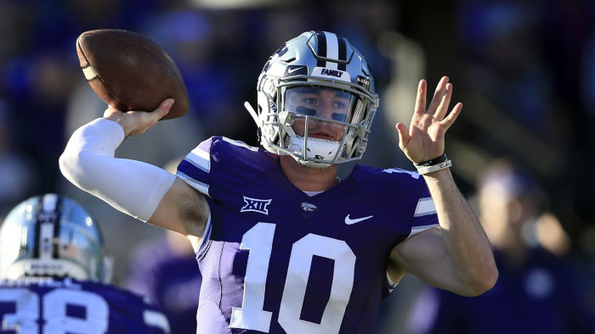 Kansas State quarterback Skylar Thompson (10) passes to a teammate during the first half of an...